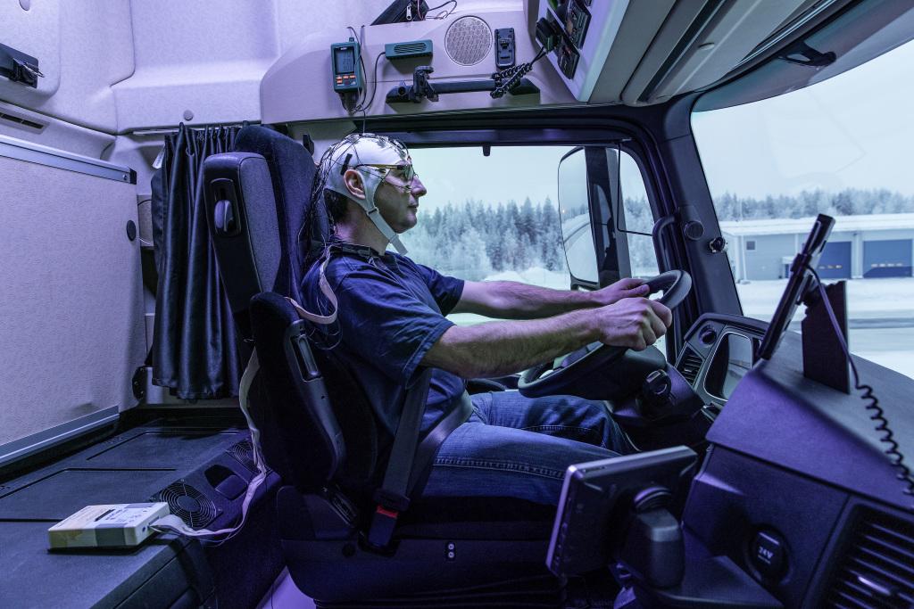 Daylight+: Forscherteam der Daimler AG findet Dank Sensoren heraus, dass zusätzliches Licht das mentale Befinden des Truckers positiv beeinflusst. ; Daylight+: team of researchers at Daimler AG examines because of sensors the effects of additional light on the mental state of truck drivers.;